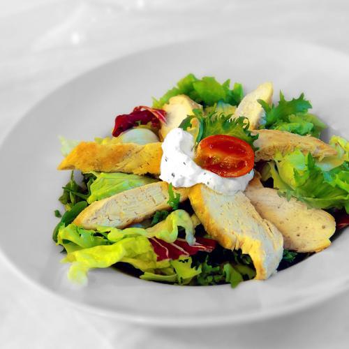 Variace listových salátů s filírovanými kuřecími prsíčky
